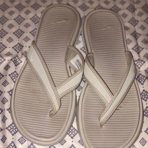 Barely worn Nike celso flip flops